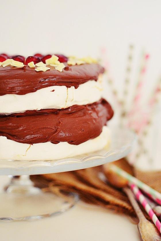 Romantic Valentine's Day Desserts Pavlova with Chocolate , Mascarpone Cream Recipe, τούρτα, πάβλοβα, κρέμα σοκολάτας, μαρέγκα, ασπράδι, μαρασκίνο, Αγίου Βαλεντίνου, Γαβριήλ Νικολαΐδης, cool artisan