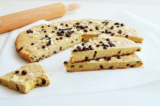 Easy Giant Cookie Cake Recipe, Soft & Chewy, συνταγή, γιγάντιο μπισκότο, μεγάλο, μαλακό, σοκολάτα, κούκι, βούτυρο, αυγά, εύκολο, cool artisan, Γαβριήλ Νικολαΐδης